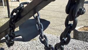 Mit einer Eisenkette gingen die Täter auf den jungen Mann los