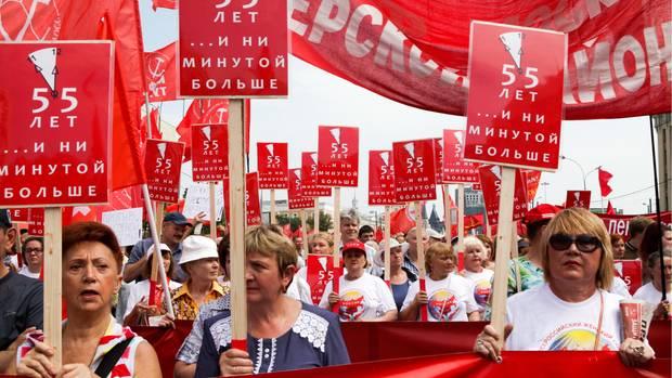 """""""55 Jahre, keine Minute länger"""", heißt es auf den Plakaten der Demonstranten, die am 28. August durch Moskau gezogen sind"""