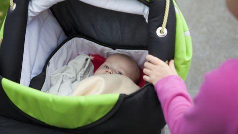 Ein Kleinkind im Kinderwagen