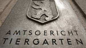 Schild des Amtsgerichts Tiergarten mit dem Berliner Stadtwappen