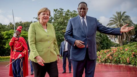 Bundeskanzlerin Angela Merkel (CDU) wird von Macky Sall, dem Präsidenten der Republik Senegal, am Präsidialpalast begrüßt.