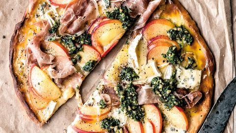 Schnelle Pizza mit Nektarine, Parmaschinken, Blauschimmelkäse und Pesto