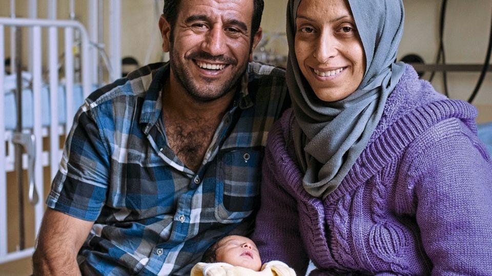 Die Eltern Selda und Rakan al-Abdallah päppeln ihre Tochter auf