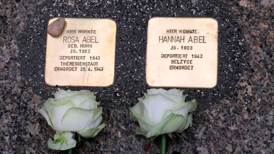 Mahnmale: Symbolträchtige Aktion im richtigen Moment: Stolpersteine in Chemnitz verlegt