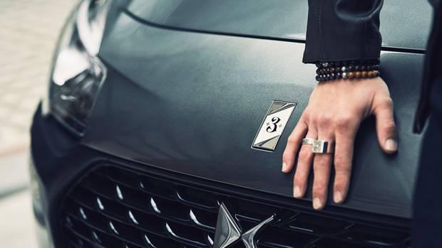 """Individuelles Emblem: die """"3"""" auf der Motorhaube"""
