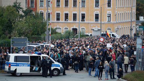 """Die Teilnehmer der """"Pro Chemnitz""""-Kundgebung halten sich in unmittelbarer Nähe des Stadions auf"""