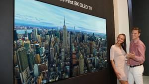 Ultrascharf und tiefschwarz  LG setzt noch einen drauf: Als erster Hersteller zeigen die Koreaner einen 8K-Fernseher mit OLED-Display. Das 88-Zoll-Gerätverbindet also gigantische Auflösung mit tiefsten Schwarzwerten. Der große Nachteil gegenüberSamung: LGs Modell ist nur eine Machbarkeitsstudie. Nicht mal einen Namen nennt der Konzern. Ob und wann es auf den Markt kommt, ist nicht bekannt. Auch Preise verrät LG bisher entsprechend nicht.