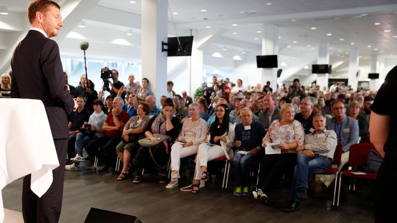 Michael Kretschmer spricht mit Chemnitzer Bürgern