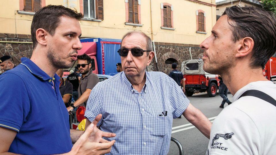 Vater Ennio (Mitte) bespricht mit seinen Söhnen Corrado (links) und Daniele (rechts), was sie aus der Wohnung holen sollen