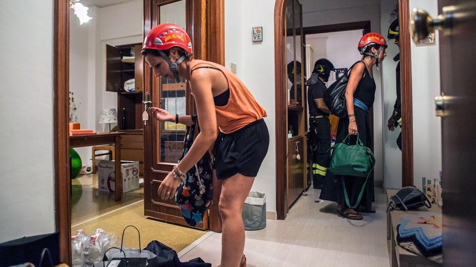 In den Häusern bleibt den Anwohnern wenig Zeit. Sie dürfen nur mitnehmen, was sie tragen können