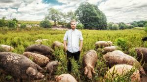 """Felix Schneider, Sosein  Das in der Provinz gelegene """"Sosein"""", das der 33-jährige Küchenchef Felix Schneider als """"Projekt zur Selbstfindung der deutschen Küche"""" bezeichnet, war von Anfang an gut besucht. """"Wir sind einfach ein Stück eigenständiger als die Generation vor uns"""", sagt Schneider über sich und seine Kollegen."""