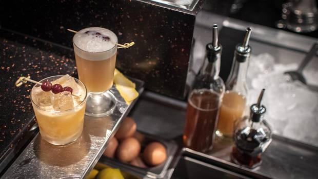 Ein klassischer Whiskey Sour besteht aus Whiskey, Zitronensaft undLäuterzucker.