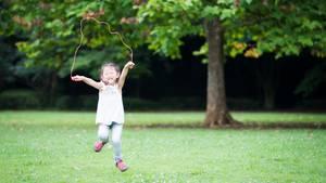 Ein Mädchen springt Seil