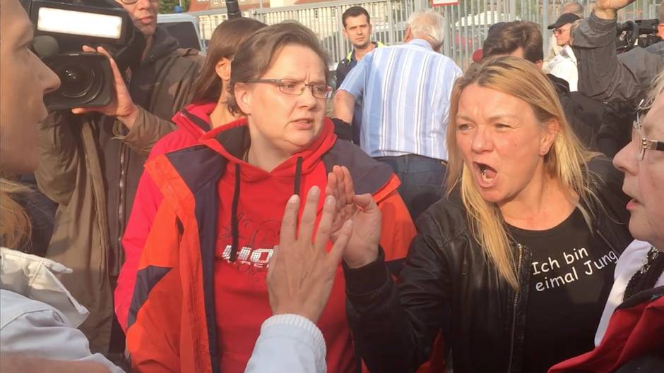 Szenen aus Chemnitz: Pro-Chemnitz-Anhänger streiten mit Gegendemonstrantin – Video eines verzweifelten Dialogs