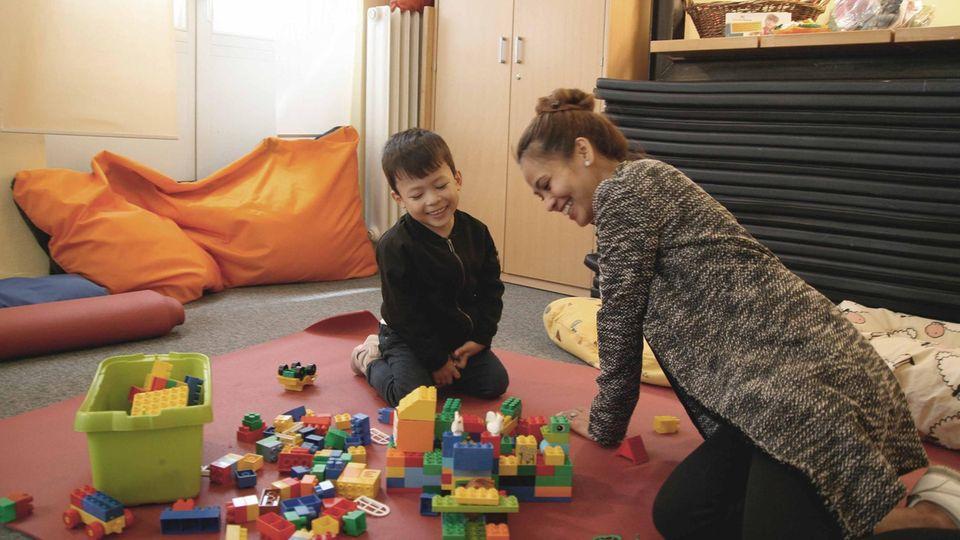 Christin und Julian Garcia spielen gemeinsam: Er hat einen kleinen Spielzeug-Cowboy versteckt, sie muss ihn finden