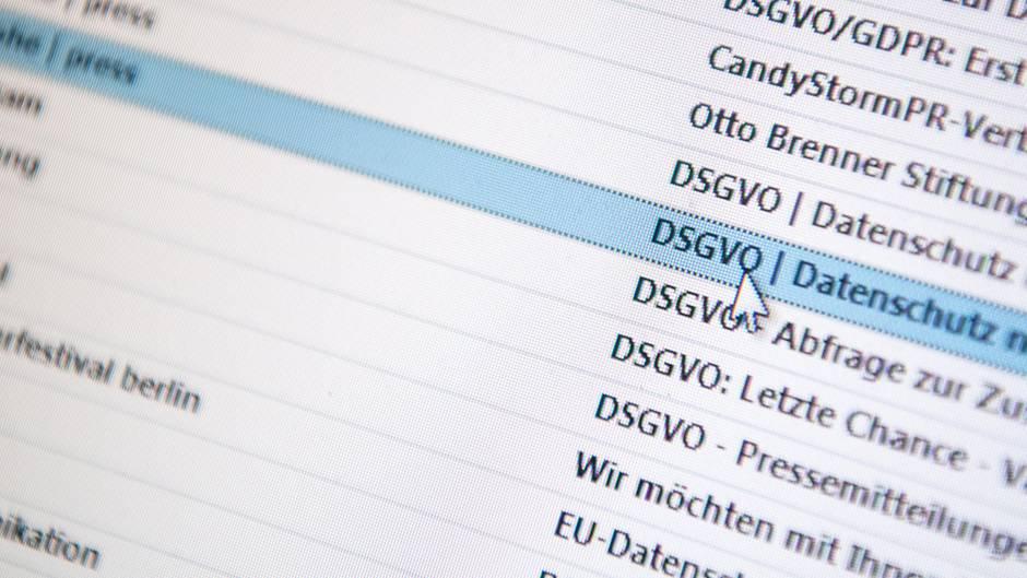 Auf einem Bildschirm sind mehrere Emails mit dem Betreff DSGVO zu sehen.