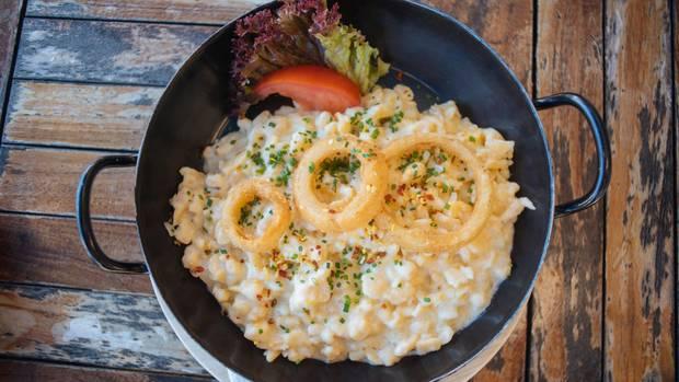 Kasspatzln  Ob es jetzt die Allgäuer oder doch die Österreicher waren, zumindest gibt es auch in Tirol die leckeren Teigspatzen mit herzhaftem Käse. Dort heißen sie Kasspatzln und werden mit Röstzwiebeln garniert. Hier geht's zum Rezept!