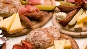 Tiroler Marend, auch bekannt als Brettljause  Marend isst man Zwischendurch. Am besten nachmittags. Eignet sich aber auch als Hauptmahlzeit. Auf einer Alm darf die Brettljause nicht fehlen. Sie besteht meist daraus, was auf der Alm hergestellt wird. Also Käse, Speck, Kaminwurzen, aber auch Schweinsbraten, Schmal, Kren und Bauernbrot.