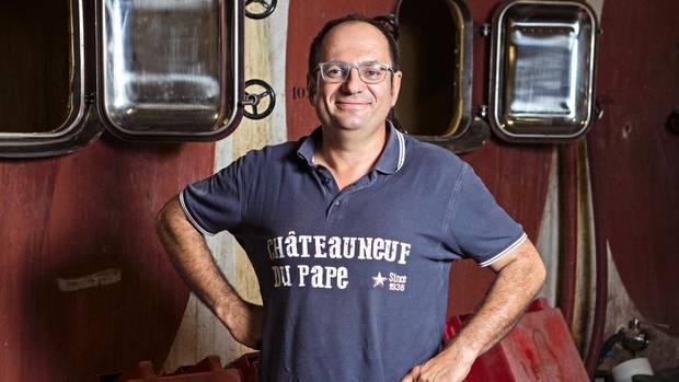 Laurent Charvin ist Winzer in Châteauneuf-du-Pape. Er baut im Betontank aus (hinter ihm), das verleiht dem Wein mehr Frische, gerade in heißen Jahren