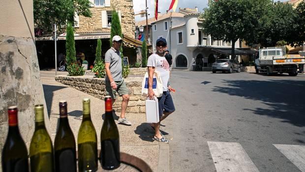 Weinkäufer in Châteauneuf. Der Ort hat sich ganz auf den Weintourismus eingestellt