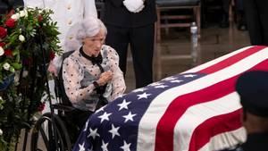 Roberta McCain nimmt Abschied von ihrem Sohn John