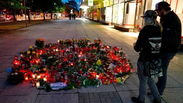 Menschen trauern in Chemnitz um den getöteten Mann in der Innenstadt.