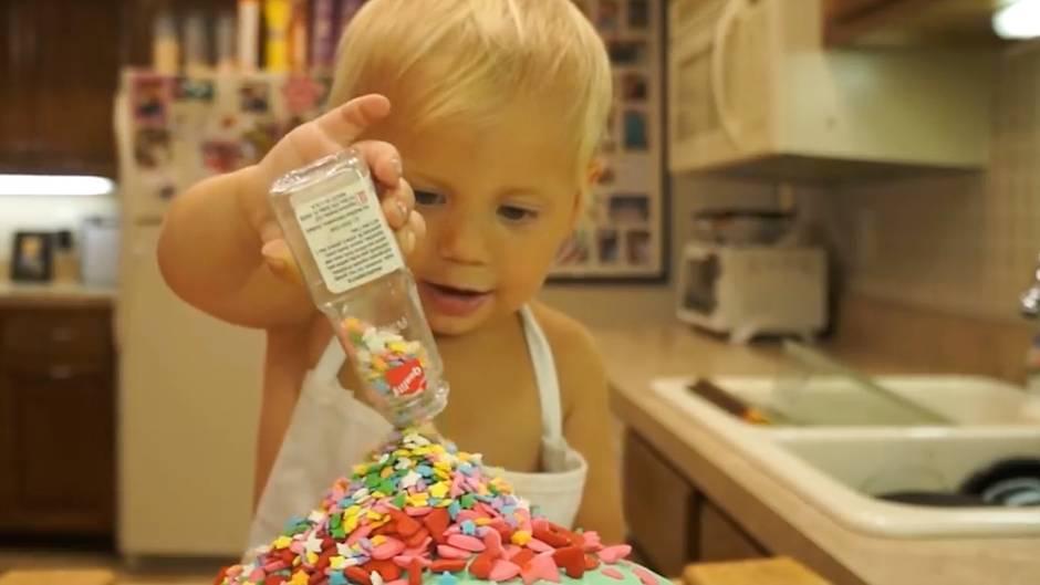 Zuckersüßes Tutorial: Dieser niedliche Zweijährige hat seine eigene Backshow – das Video geht viral