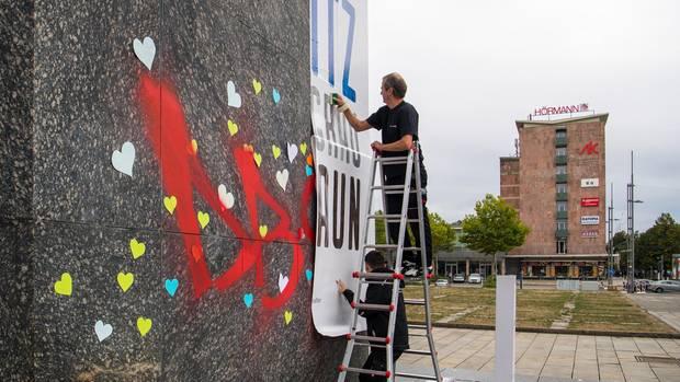 """Friedensdemonstration in Chemnitz - Herzen am """"Nischel""""-Sockel"""