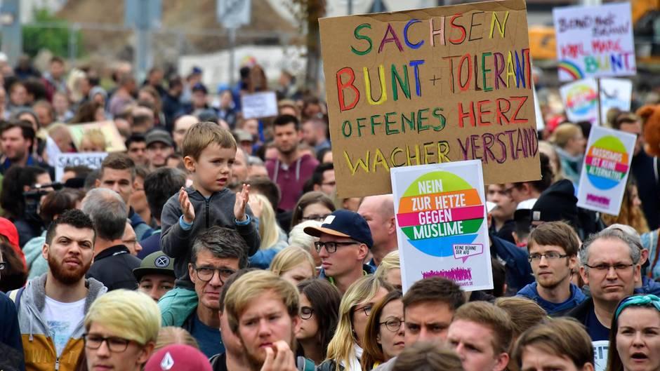 """Chemnitz: Tausende demonstrieren für """"Herz statt Hetze"""" – rechte Kundgebungen laufen parallel"""