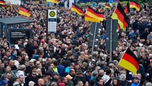 """Chemnitz: Mehrere tausend Menschen sind zu der Kundgebung der """"Pro Chemnitz""""-Bewegung und der AfD gekommen"""