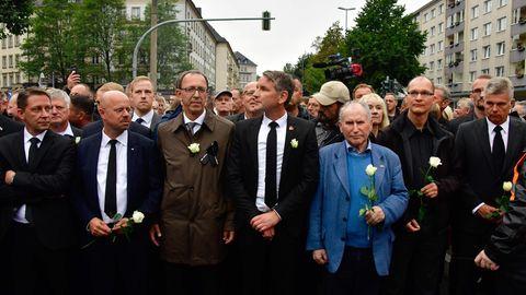 Demonstrationen in Chemnitz: Die rechten Rosenkavaliere: Wie sich die AfD in Chemnitz inszeniert hat