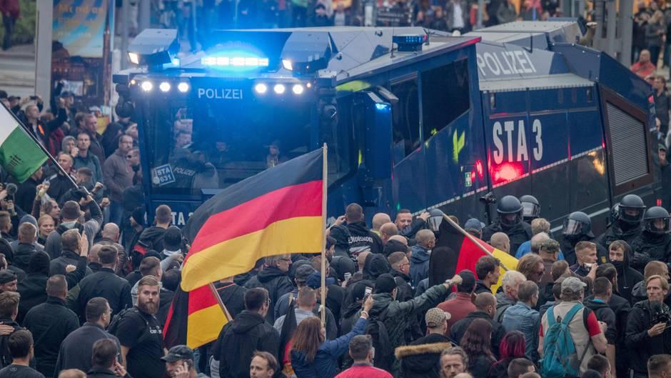 Demos in Chemnitz: AfD und Pegida laufen Seite an Seite – neun Verletzte nach erster Polizeibilanz