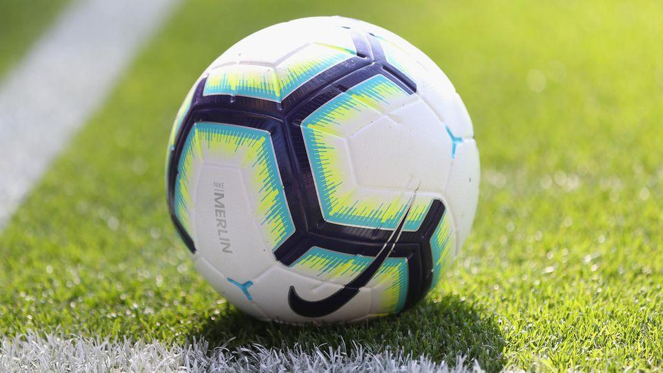Ein Nachwuchsfußballspieler in den Niederlanden ist nach einem Zusammenprall gestorben (Symbolbild)