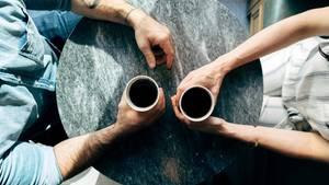 Mann und Frau mit Kaffee