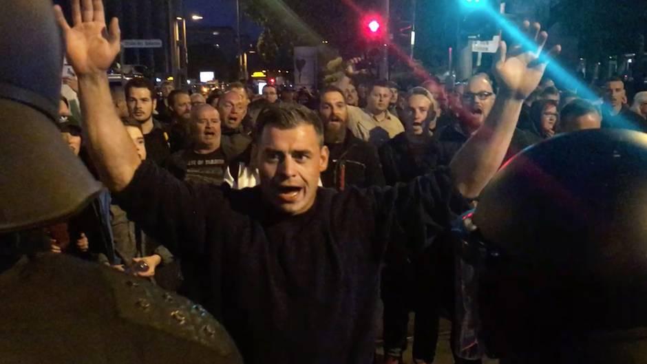 Demonstrationen in Chemnitz: Herz gegen rechte Parolen: Szenen aus einer gespaltenen Stadt