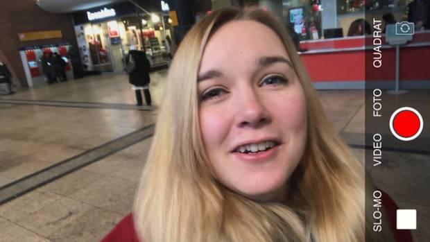 Fabiana (24)dreht ein Video am Kölner Hauptbahnhof.