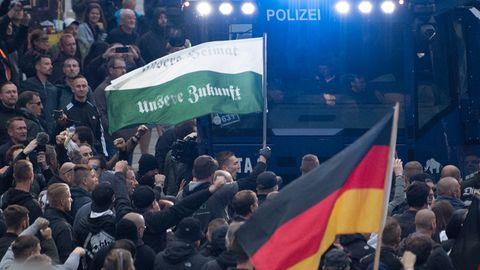 Vor allem unter den rechten Gruppierungen war die Stimmung am Samstag aufgeheizt, mit Parolen und Sprechchören zogen sie zu Tausenden durch die Straßen von Chemnitz.