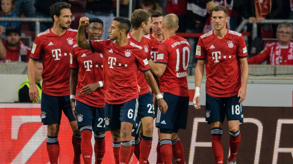 An einfachen Stellschrauben gedreht: Die Bayern-Spieler jubeln mit dem Torschützen Robert Lewandowski(3.v.r.) über dessen Tor zum 2:0 gegen Stuttgart