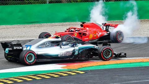 Sebastian Vettel dreht sich nach einer Kollision mit Lewis Hamilton in seinem Ferrari.