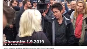 Dunja Hayali versucht, mit aufgebrachten Chemnitzer Bürgern ins Gespräch zu kommen