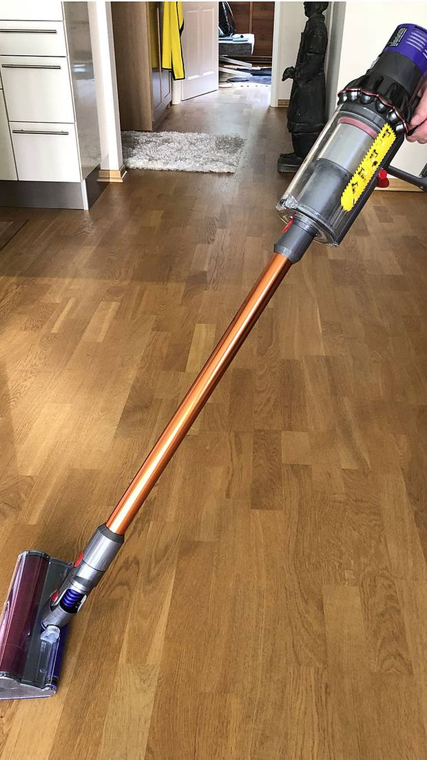 dyson cyclone v10 absolute im test nie wieder das kabel durch dir lasche ziehen. Black Bedroom Furniture Sets. Home Design Ideas