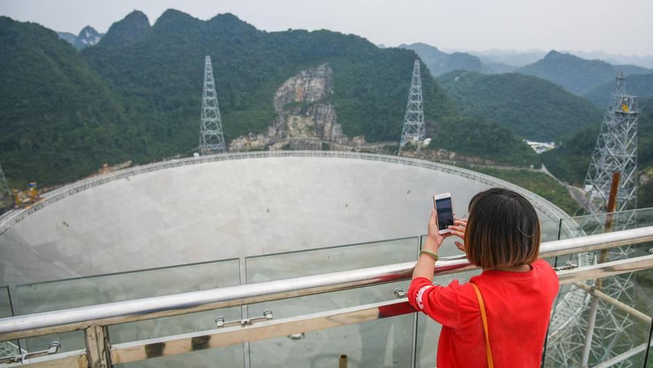 Riesen teleskop fast kämpft mit dem strahlen müll der touristen