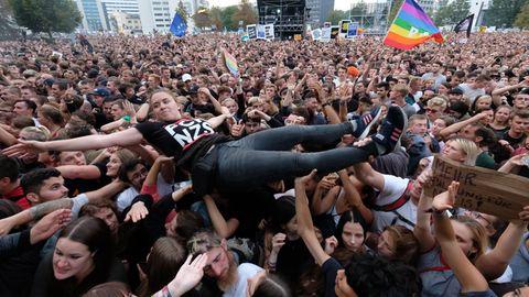 Chemnitz - Crowdsurfing beim #wirsindmehr-Konzert