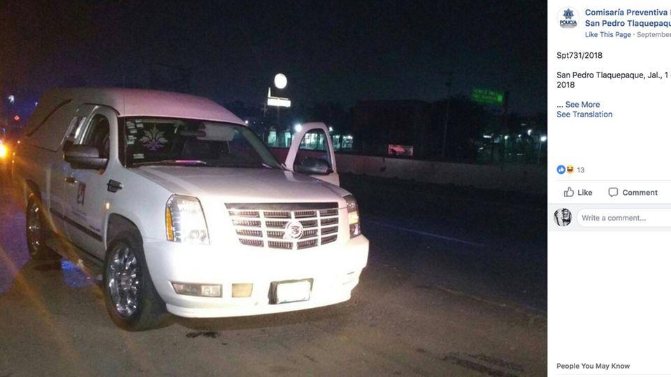 Mexiko: Der geklaute Leichenwagen steht an einer Straße (Polizei-Foto)