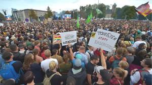 Zehntausende haben sich unter dem Motto #wirsindmehr in der Innenstadt von Chemnitz zu einem Konzert versammelt
