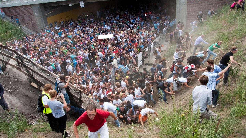 Strafprozess um Loveparade-Katastrophe: Tausende Raver drängen sich auf der Loveparade in und vor dem Tunnel in Duisburg