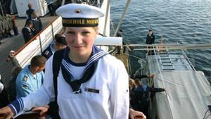Die Marine-Kadettin Jenny Böken an Bord des Segelschulschiffes Gorch Fock