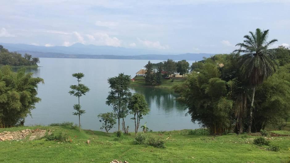 Auf dem Congo Nile Trail unterwegs: am Ufer desKiwu-Sees in der Nähe von Rubavu.