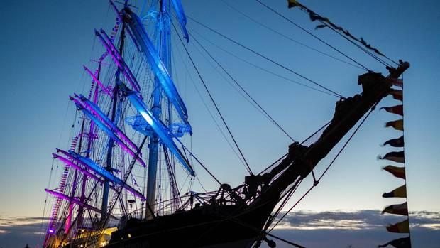 Der Großsegler Kruzenshtern liegt im Emder Hafen.