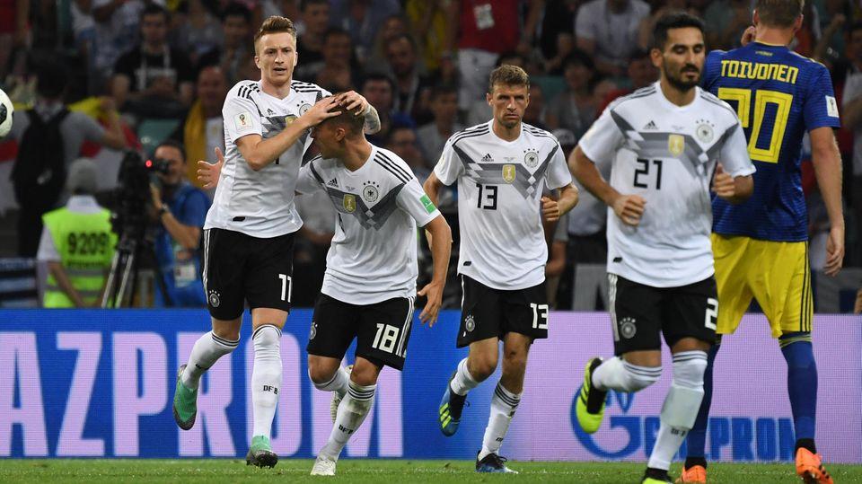 Marco Reus (l.), Thomas Müller (2.v.l.) und Ikay Gündogan (r.) können die Rolle vom Özil übernehmen